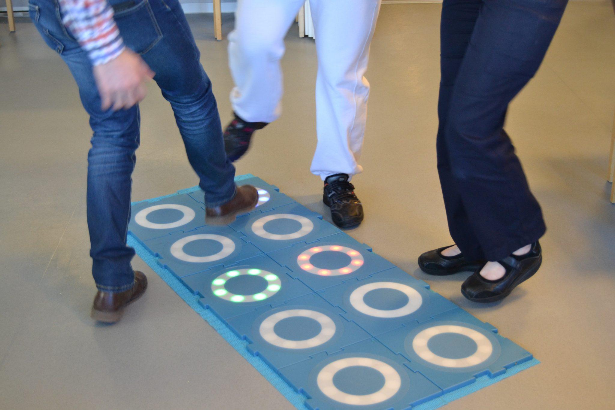 Robotti ja liikuntalaatat saivat hoitajat ja asukkaat innostumaan