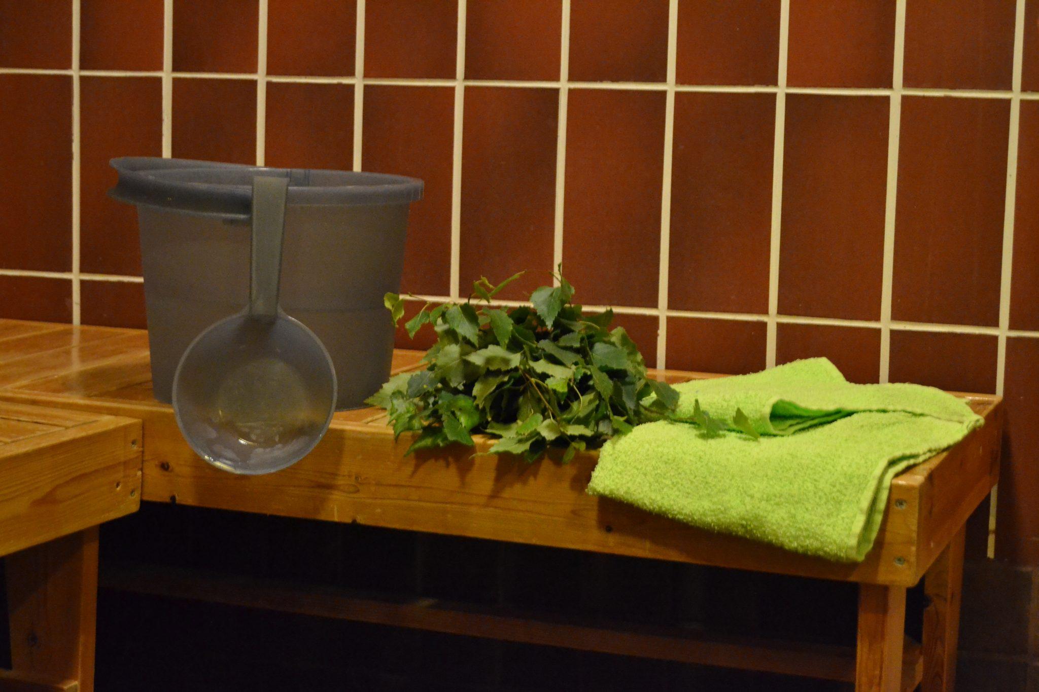 Viitakodin saunan tilava ja esteetön kylpyhuone