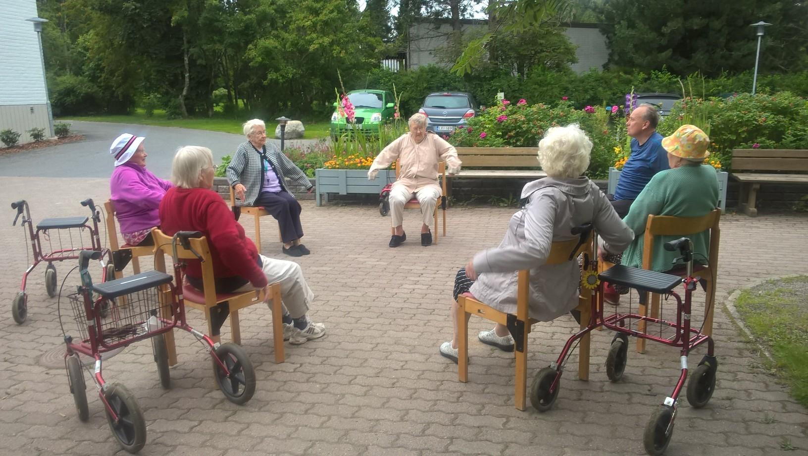 Jumppaa seniori- ja palvelutalossa