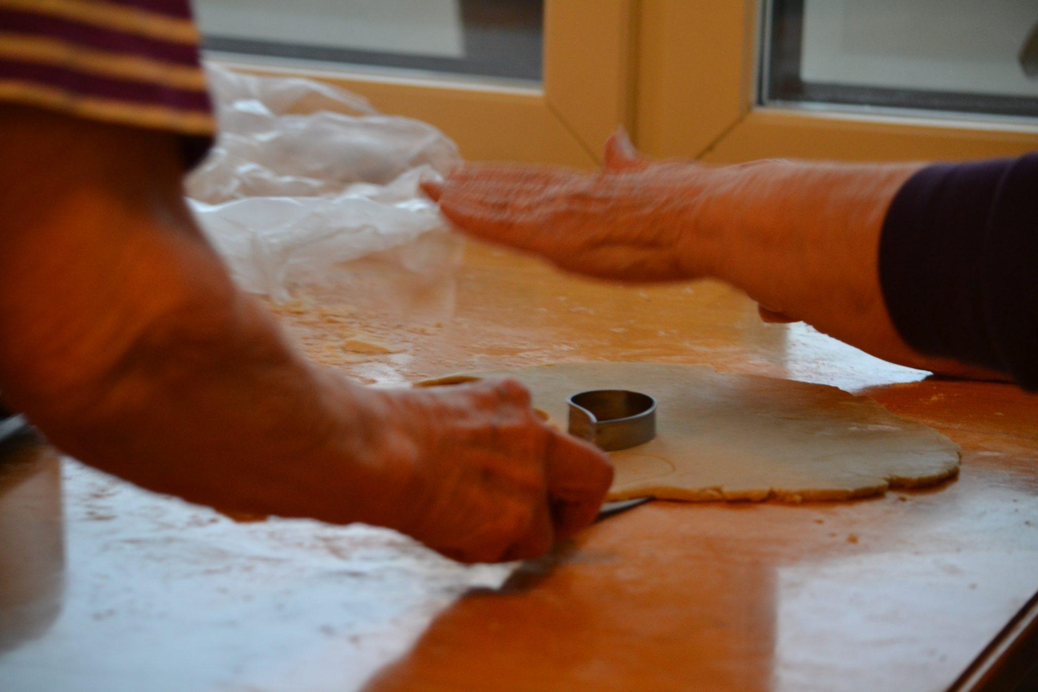 Ahkerat ja kokoneet kädet valmistivat peltikaupalla pipareita