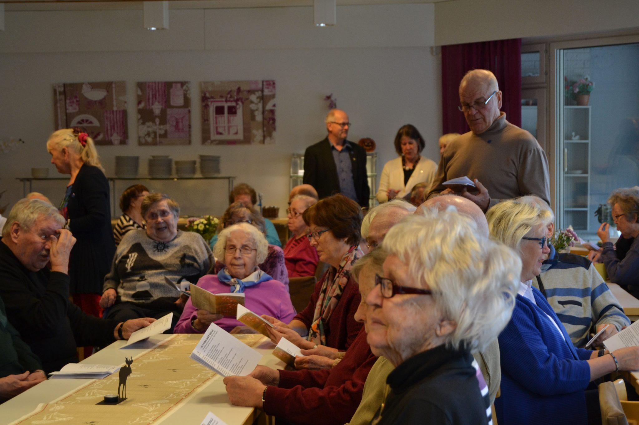Yhteislaulu innosti osallistujat laulamaan