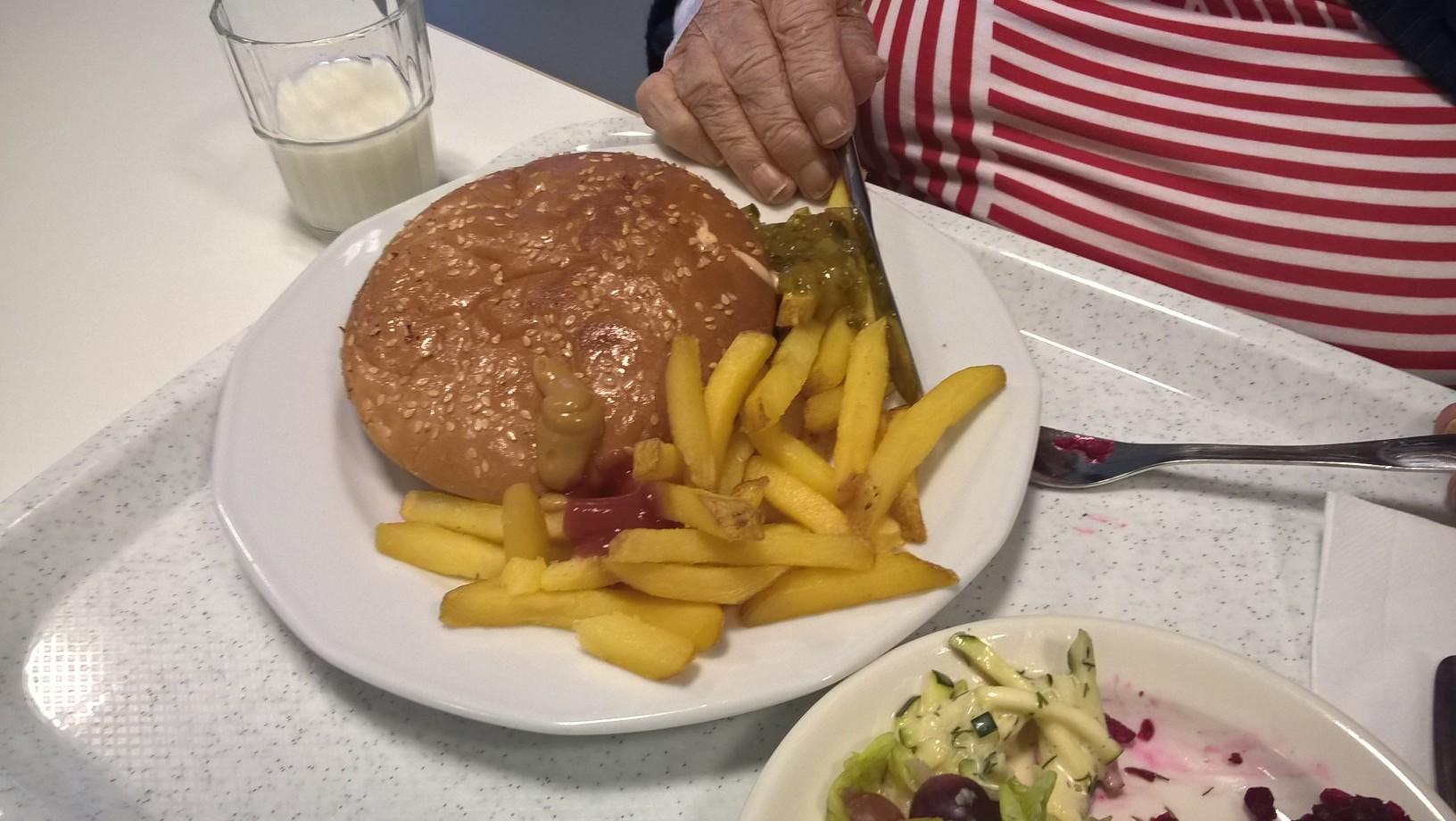 Viitakodin hampurilainen ranskalaislla