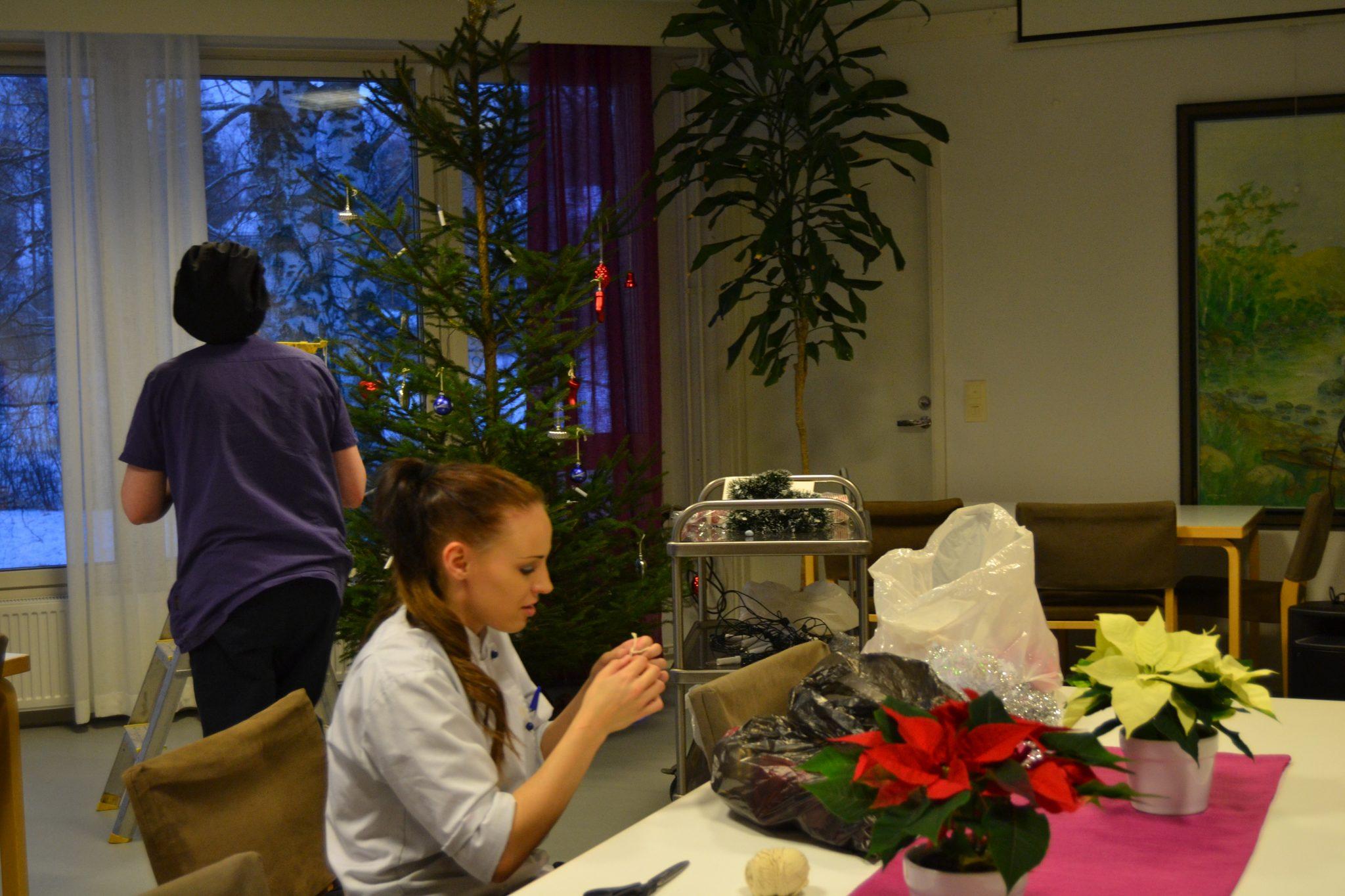 Joulukuusen koristelua seniori- ja palvelutalo Viitakodissa