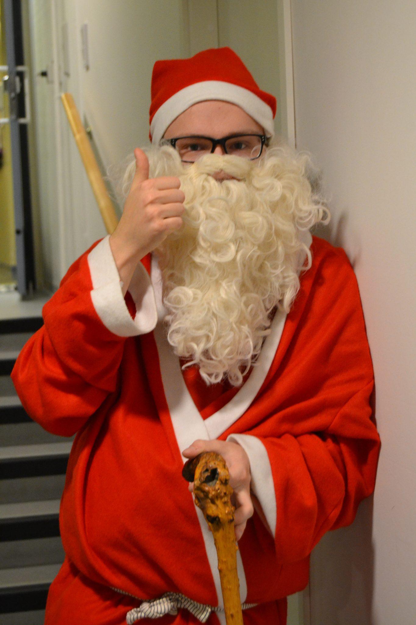 Joulupukki piipahti seniori- ja palvelutalo Viitakodin pikkujouluissa
