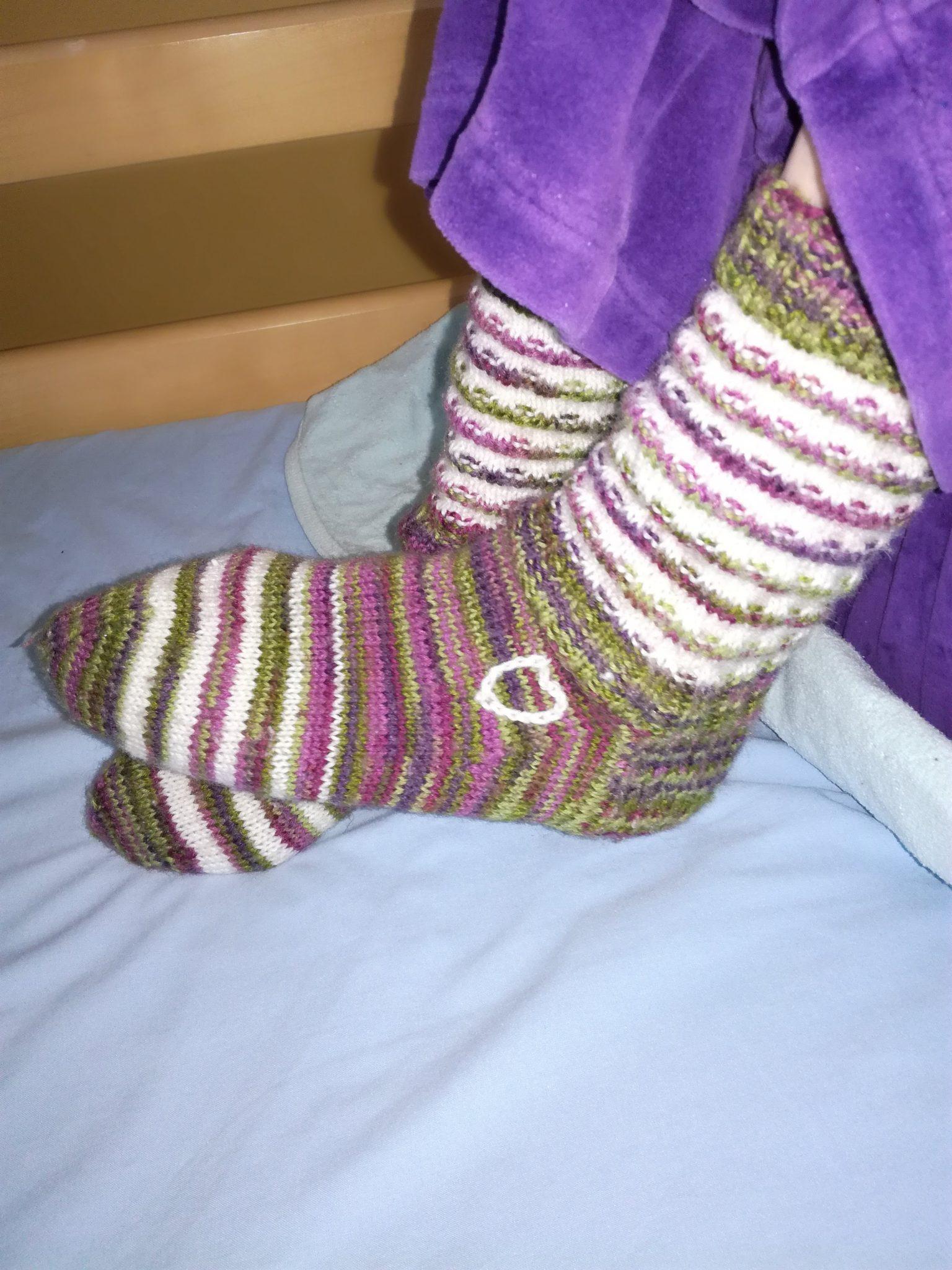Paula tekee jokaiselle asukkaalle oman näköiset sukat