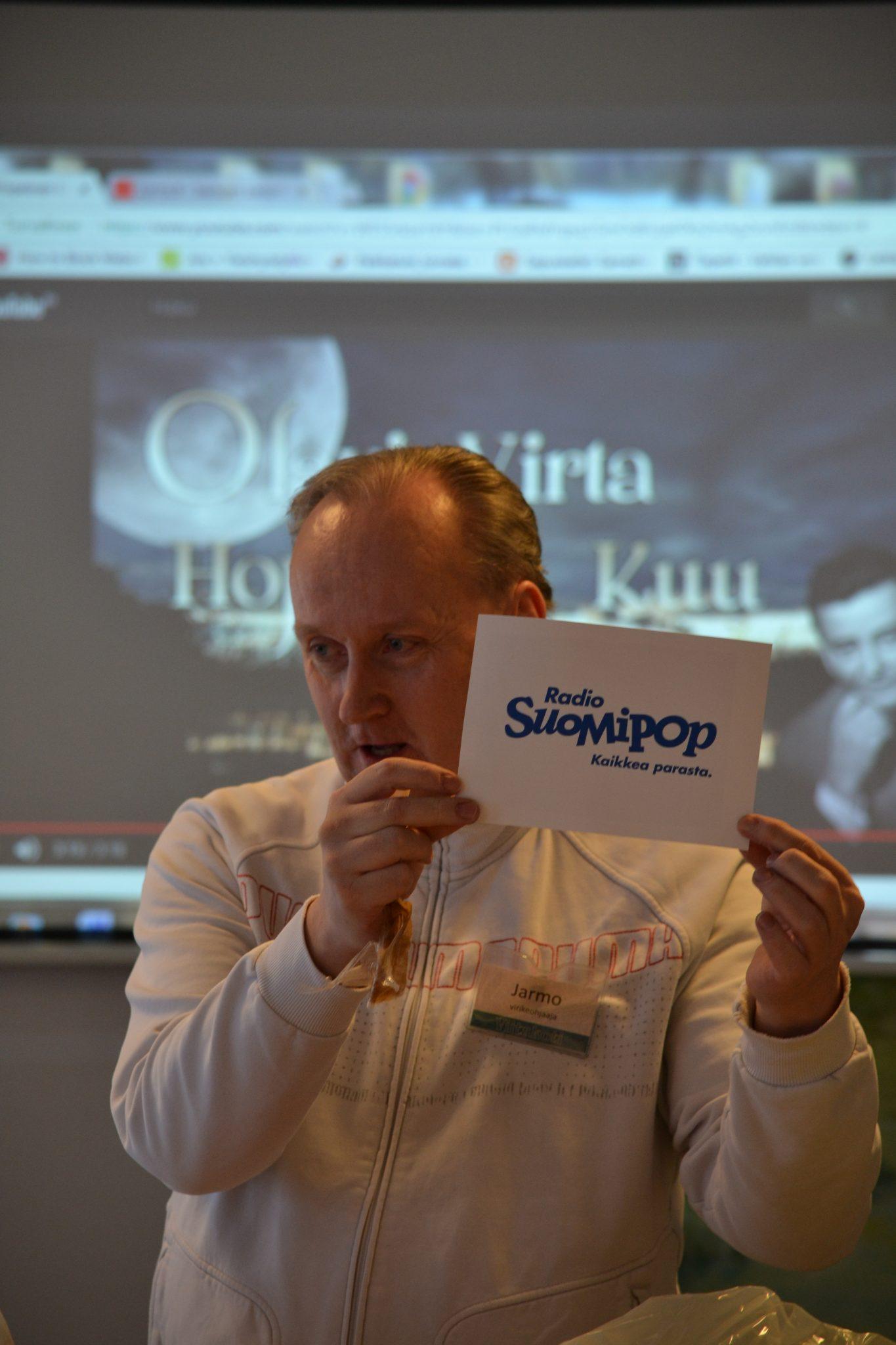 Virikeohjaaja Jarmo avasi Radio Sipmipopin lahjoittaman suukkalaatikon