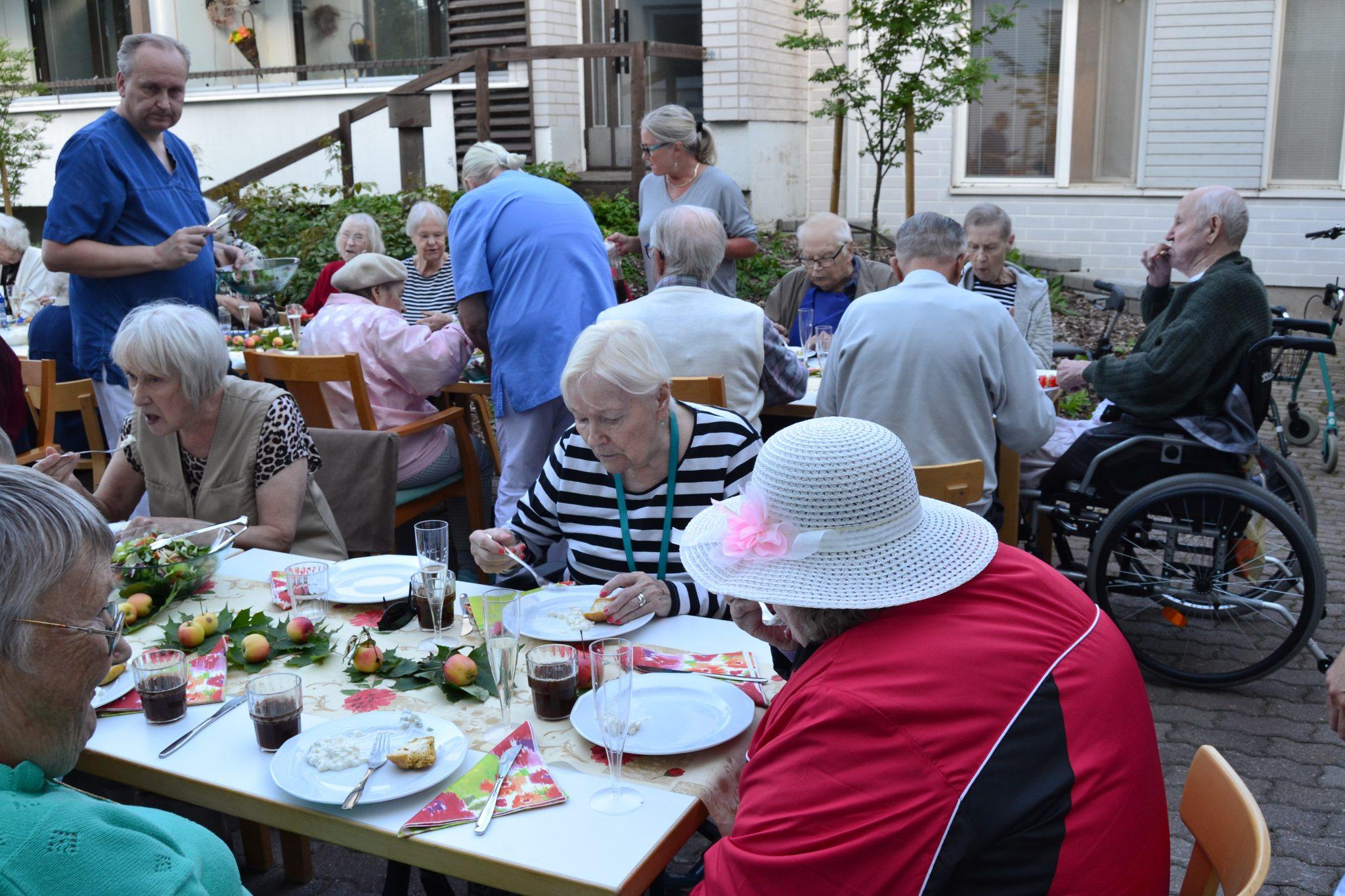 Seniori- ja palvelutalo Viitakodin  asukkaiden grillijuhlat