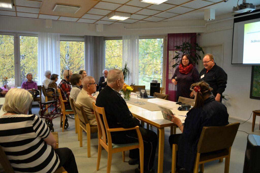 Asiantuntijoina toimivat Alpo Pulkkanen, puheenjohtaja Jyvässeudun Kuulo ry, Margit Hassinen, Kuntoutussihteeri, Kuuloliitto ry ja Juha Nikula, toimitusjohtaja Qlu Oy.