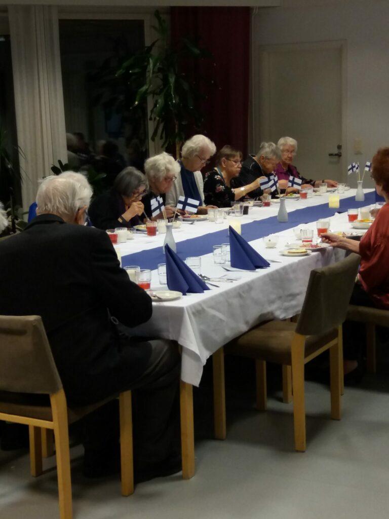 Juhlavieraat täyttivät pöydät