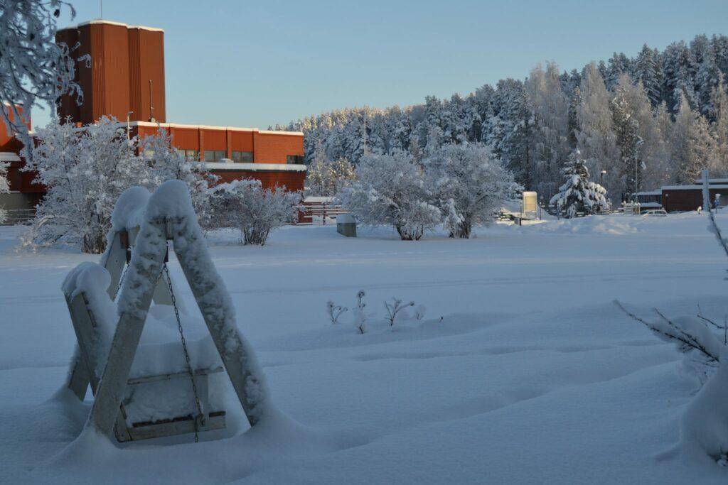 Lumi keinussa keinu lumessa