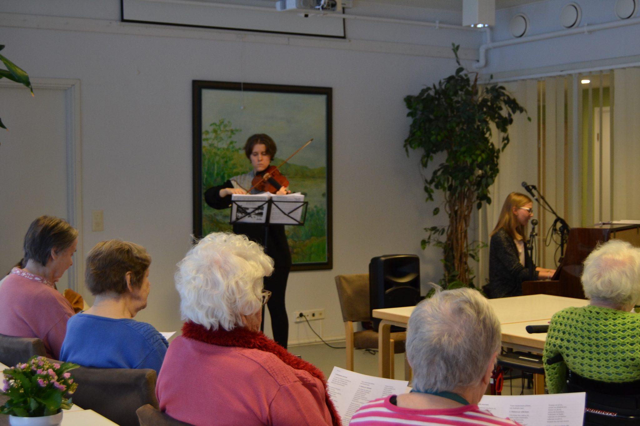 JAMK:n musiikkipedagogiopiskelijat vierailivat Viitakodissa